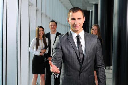 bienvenidos: Retrato de un exitoso hombre de negocios que da una mano Foto de archivo