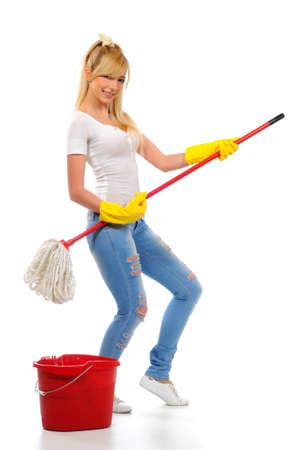 clean home: Schoonmaakster wassen vloer met een mop en emmer in de lente schoonmaak Stockfoto