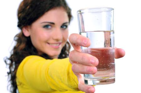 Portret van aantrekkelijke blanke lachende vrouw geïsoleerd op witte studio shot drinkwater Stockfoto