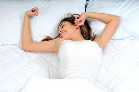 ser humano: Joven y bella, mujer despertarse descansado