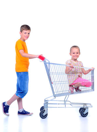 family mart: due bambini - ragazza e bambino - con carrello nel supermercato