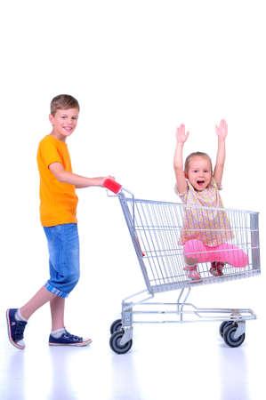 family mart: due bambini - ragazza e il bambino - con il carrello al supermercato Archivio Fotografico