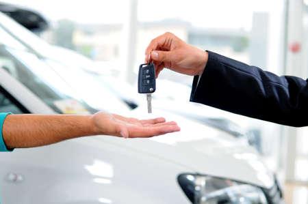Overhandiging van de autosleutels in een dealerschap Stockfoto