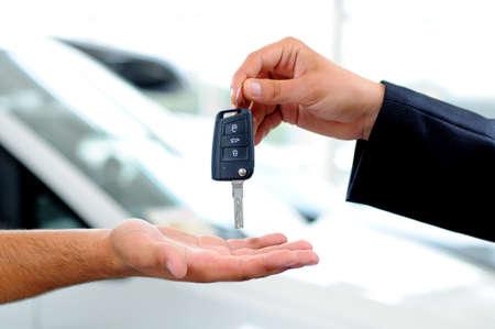La consegna delle chiavi della macchina in una concessionaria Archivio Fotografico - 21129251