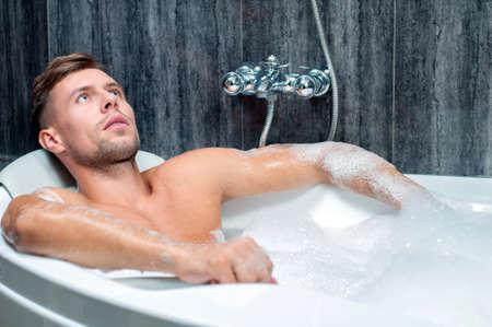 homme nu: Jeune homme musclé prenant le bain