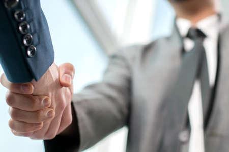 la union hace la fuerza: El hombre de negocios. Apret�n de manos y personas de negocios Foto de archivo