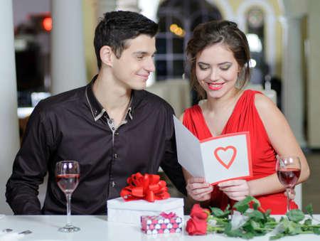 Joven pareja de enamorados hacer un regalo a la otra en el Día de San Valentín.
