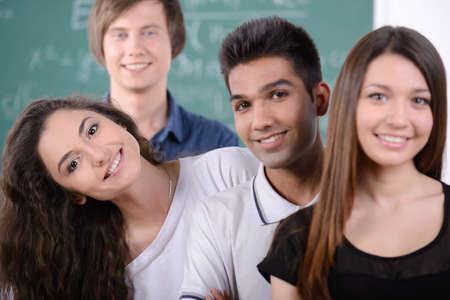 Groep jonge studenten terwijl ze in de klas studeren