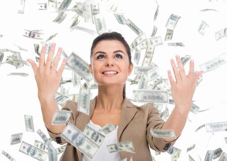 Mujer de negocios y dinero billetes joven que vuela en el aire en el blanco.