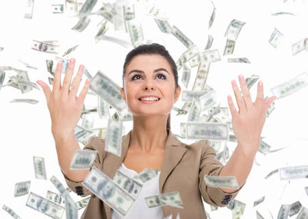dinero volando: Mujer de negocios y dinero billetes joven que vuela en el aire en el blanco.