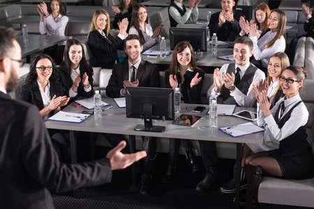 hablar en publico: Vista trasera del altavoz masculina en el podio. La gente en la moderna sala de conferencias. Foto de archivo