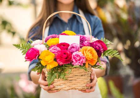 Dichtbij. Jonge vrouwelijke bloemist bedrijf boeket van bloemen in de winkel. Focus op het boeket.