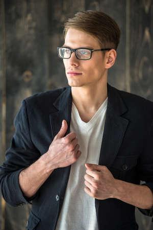 beau mec: Cadrage � la taille. Portrait de smilling beau jeune homme aux lunettes. Banque d'images