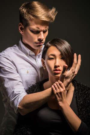 pareja apasionada: Joven pareja apasionada moda vestido posando casual en el estudio. Retrato de la moda.
