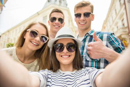 haciendo el amor: Dos fecha doble. Amigos andando por la calle juntos y haciendo selfie.
