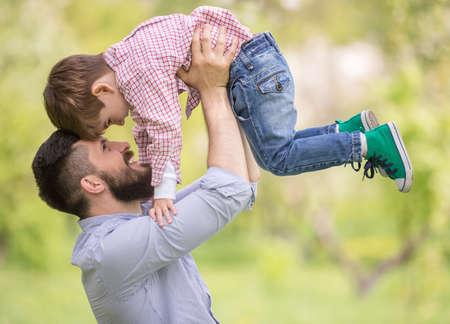Familia feliz divertirse al aire libre en el jardín de primavera. Padre jugando con hijo. Concepto de familia. Foto de archivo - 40642240