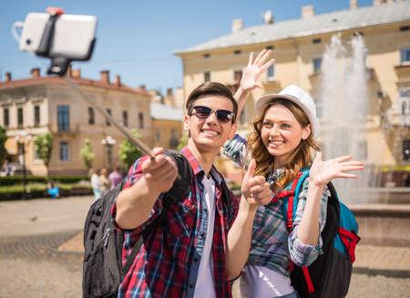 parejas de amor: Los viajeros felices que hacen selfie en la calle de la vieja ciudad europea.