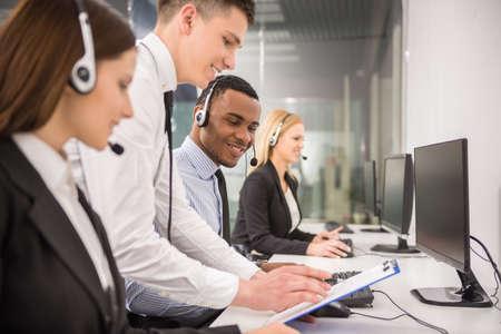 patron: Gerente de explicar algo a su empleado en un centro de llamadas.
