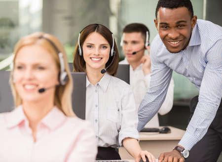 コール センターの従業員の彼に何かを説明するマネージャー。