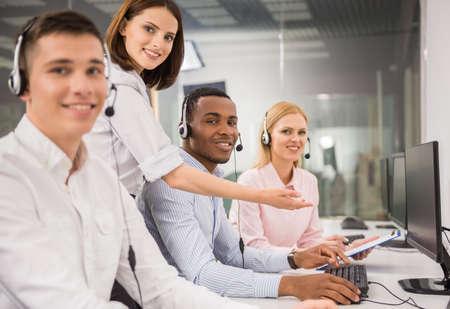 computer center: Gerente ayudando agente de call center femenino hermoso.