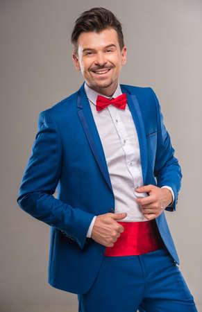 nifty: Portret van een knappe handige man in heldere cyaan pak en rode bow-tie.