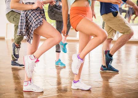 gente bailando: Danza de la gente joven en el gimnasio durante el entrenamiento de ejercicios bailarina ejercicio con la energ�a feliz fresco.