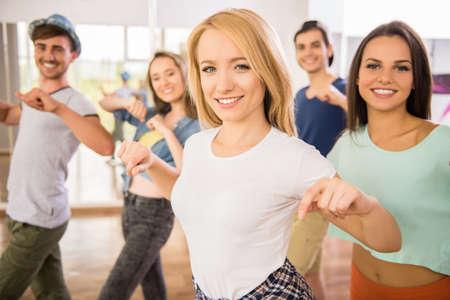 gente che balla: Giovani che ballano in palestra durante l'esercizio ballerino workout con nuova energia felice.