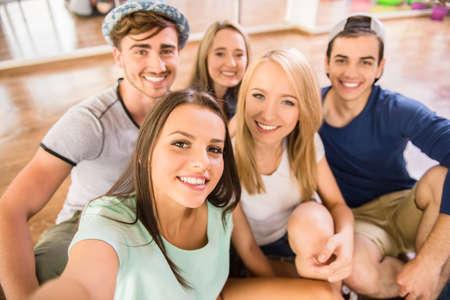 zumba: Grupo de personas que est�n haciendo la foto selfie en el gimnasio o estudio de baile.