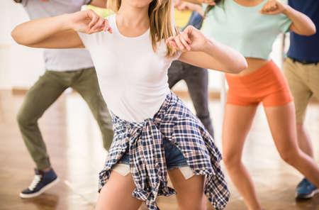Mladí taneční lidé v tělocvičně v průběhu cvičení tanečnice cvičení tréninku se šťastným čerstvou energií.
