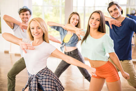 aerobics: Danza de la gente joven en el gimnasio durante el entrenamiento de ejercicios bailarina ejercicio con la energ�a feliz fresco.