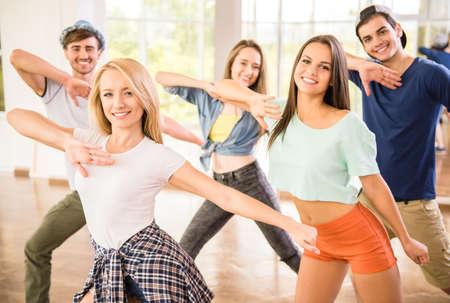 Młodzi ludzie w siłowni taniec podczas treningu ćwiczenia treningu tancerza z happy świeżej energii. Zdjęcie Seryjne
