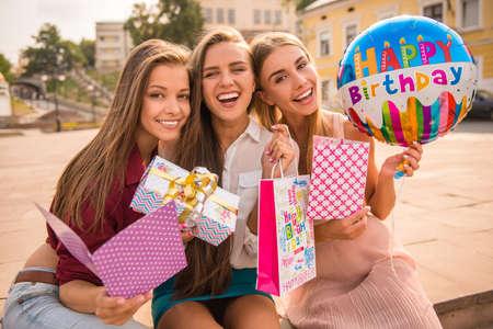 celebration: Tre belle giovani donne che celebrano un compleanno, all'aperto Archivio Fotografico