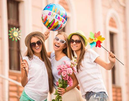 Drei schöne junge Frauen einen Geburtstag feiern, im Freien Standard-Bild