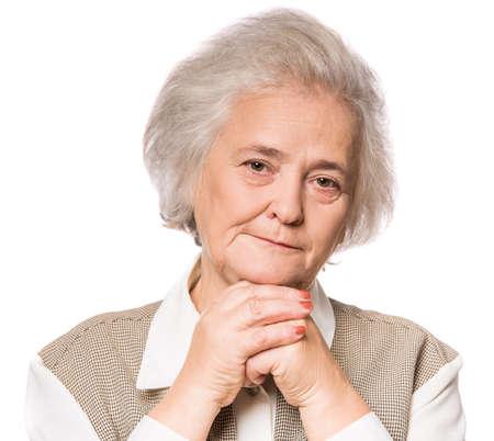 vejez feliz: Retrato de la mujer mayor aislada en el fondo blanco