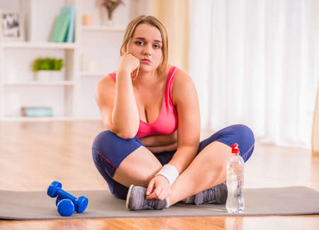 mujer gorda: Mujer gorda dieta, la aptitud y la comida saludable en el hogar