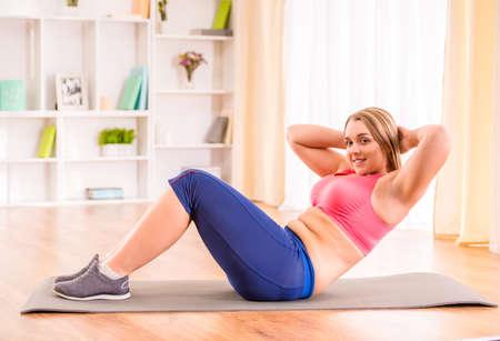 Dikke vrouw op dieet, fitness en gezonde voeding thuis