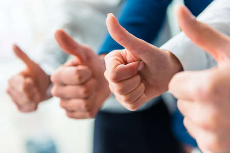 Hände Nahaufnahme. Gruppe junger Geschäftsleute, die im Büro sprechen Lizenzfreie Bilder