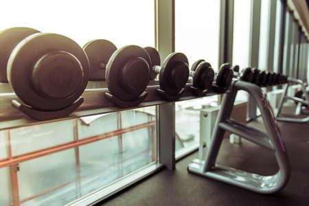 Sportuitrusting. Rij van halters in een moderne sporthal