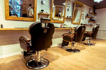 barbería con estilo. Diseñado con el ladrillo blanco y madera. Cuidar de su peinado aquí!