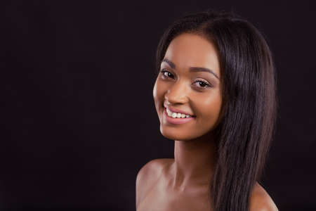 nackt: Portr�t von nackten sch�nen M�dchen Afro American l�chelnd und Blick in die Kamera, auf einem schwarzen Hintergrund