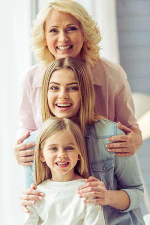 Portrait de trois générations de belles femmes heureux regardant la caméra, étreindre et souriant Banque d'images