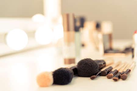 Primer plano, maquillaje, cepillos, acostado, tabla, estilista, habitación