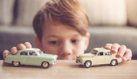 koncentrovaný: Malý chlapec si hraje s autíčky doma