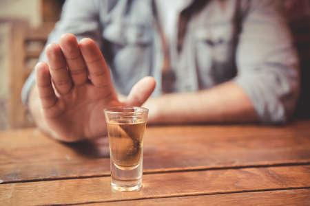 トリミングされた画像の男表示停止ジェスチャーと飲むことを拒否