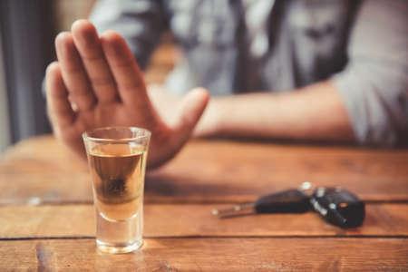 마시고 운전하지 마라! 중지 제스처를 게재 하 고 음료를 거부하는 남자의 이미지를 잘립니다. 근처에있는 자동차 열쇠 스톡 콘텐츠
