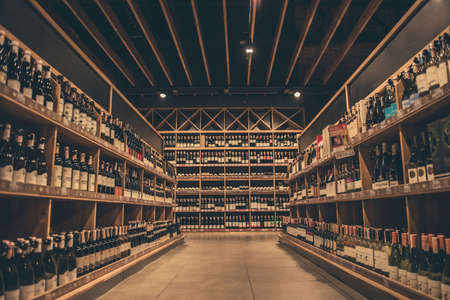 Al supermercato. File di vino che aspettano i clienti