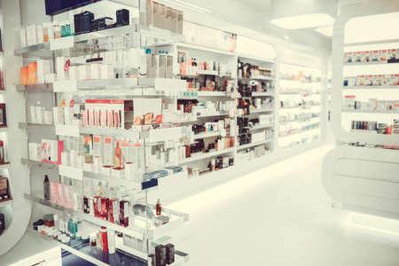 Moderne apotheek met allerlei medicijnen en cosmetica voor iedereen Stockfoto