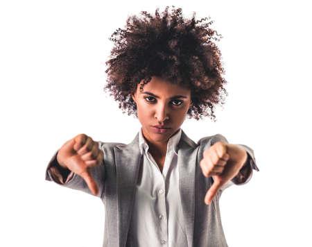 공식적인 착용에 아름 다운 젊은 아프리카 미국 비즈니스 여자 엄지 손가락을 보여주는이며 카메라, 화이트 절연보고