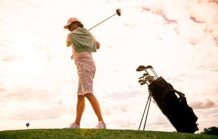 ゴルフをプレイしながら、ゴルフクラブを使用してハンサムな男の全長肖像画