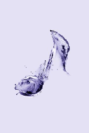 A violet musical note made of water. Banque d'images
